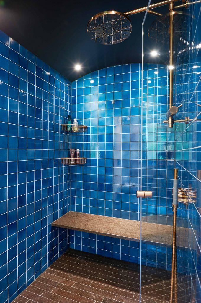 blaue fliesen dusche vola armatur